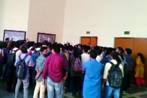 Students continue to demonstrate hostel fee hikes at JNU