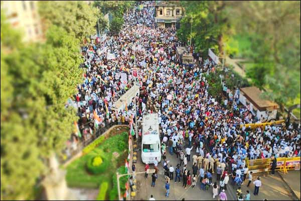 Mumbai Police wins heart after helping girl lost in protest