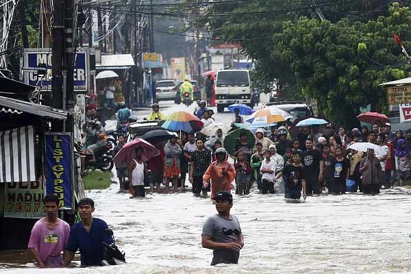 Thousands trapped in floods in Jakarta