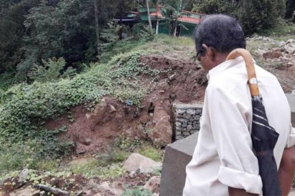 Massive landslide in Kerala Munnar blocks way 5 killed dozens feared to be trapped
