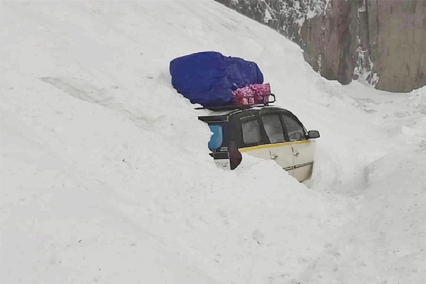 The SUV going to Kargil was caught in an avalanche. Security forces rescued 6 people