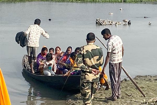 9 Bangladeshis caught by BSF