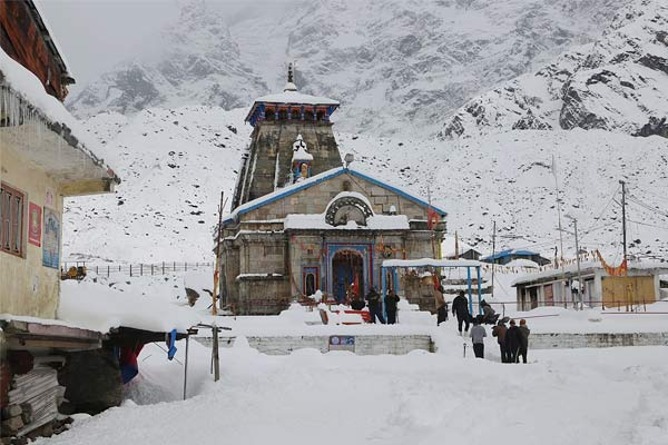Freezing snow in Badrinath Dham up to two and a half feet, white sheet lying in Nizamula valley