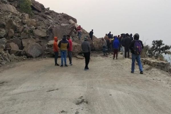 Landslides on Pithoragarh Ghat National Highway thousands of passengers stranded hungry and thirsty