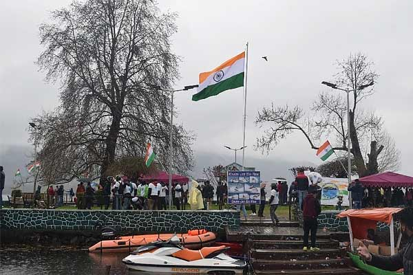 Kashmiri youth hoists 70 foot high tricolor flag in Dal Lake on Pakistan Day