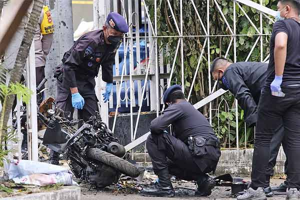 Militant suspects used pressure cooker bombs outside church